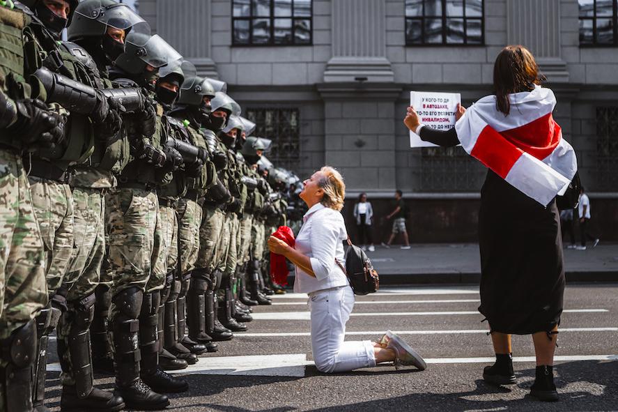 Nadia Bużan, Kobieta klęczy przedfunkcjonariuszami, Mińsk, 2020. Dzięki uprzejmości Biura Polskiego PE wPolsce