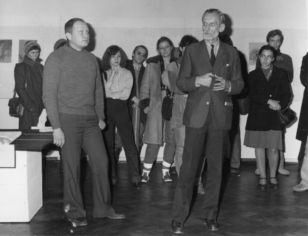 """Na pierwszym planie odlewej: Andrzej Osęka, Jacek Woźniakowski. Wernisaż wystawy """"Jacek Waltoś. Rzeźba - rysunki"""" wGalerii BWA wLublinie, 1979r."""